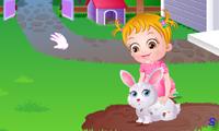Малышка Хейзел ухаживает за животными